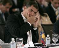 """<p>Foto de archivo del presidente ecuatoriano, Rafael Correa, hablando por su teléfono móvil durante la Cumbre de Río realizada en la cancillería en Santo Domingo, 7 mar 2008. Unos 365.000 ecuatorianos son víctimas cada año del robo de sus teléfonos celulares, una cifra """"alarmante"""" que las autoridades buscan reducir motivando a la población a bloquear los aparatos sustraídos, dijo el viernes el ente de control. REUTERS/Eduardo Munoz</p>"""