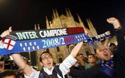 <p>Torcedores da Inter de Milão comemorando o título da liga. 16/05/2009. REUTERS/Alessandro Garofalo</p>