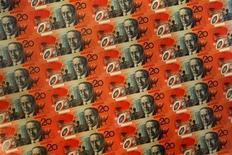 <p>Купюры номиналом в двадцать австралийских долларов в Резервном банке Австралии в Сиднее 28 октября 2008 года. Быть высоким для мужчины очень выгодно, выяснили австралийские ученые. REUTERS/Tim Wimborne</p>