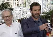 <p>Il regista Ken Loach a sinistra fotografato assieme all'ex calciatore ed ora attore Eric Cantona. REUTERS/Regis Duvignau</p>