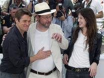 """<p>El director Lars Von Trier (centro) posa con los actores Charlotte Gainsbourg y Willem Dafoe de su filme """"Antichrist"""" en el Festival de Cine de Cannes, 18 mayo 2009. Las reacciones a las películas de la sección oficial del Festival de Cine de Cannes han sido bastante positivas en el certamen que el lunes llegó a su mitad y que este año no ha escapado de la crisis económica. REUTERS/Regis Duvignau</p>"""
