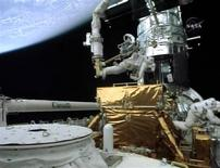 <p>Astronauta Michael Good trabalhando no Telescópio Espacial Hubble. 17/05/2009. REUTERS/TV DA NASA</p>