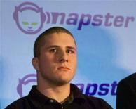 <p>Foto de archivo del fundador de Napster, Shawn Fanning, en una conferencia de prensa en San Francisco, EEUU, 12 feb 2001. El proveedor de música digital Napster dijo el lunes que está reduciendo su precio de suscripciones mensuales a 5 dólares, y sumando descargas de canciones a sus servicios de trasmisiones, en un intento por crecer y competir con el iTunes de Apple Inc. REUTERS/Lou Dematteis</p>