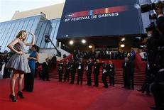 """<p>La modelo holandesa Doutzen Kroes a su llegada al estreno de """"Looking For Eric"""" en el Festival de Cine de Cannes, Francia, 18 mayo 2009. Con pocas estrellas entre los asistentes, fiestas menos extravagantes y una escasez de maniobras publicitarias de las celebridades, la actual edición del Festival de Cine de Cannes ha mostrado que no es ajena a la crisis económica mundial. REUTERS/Jean-Paul Pelissier</p>"""