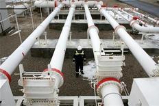 """<p>Рабочий в центре турецкой Petroleum and Pipeline Corporation к западу от Анкары 5 января 2009 года. Энергетические проекты, целью которых является снижение зависимости Европы от российского газа, такие как газопровод """"Набукко"""", могут способствовать стремлению Турции попасть в Евросоюз. REUTERS/Umit Bektas</p>"""