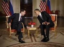 <p>Президент США Барак Обама (справа) говорит со своим российским коллегой Дмитрием Медведевым на встрече в Лондоне 1 апреля 2009 года. Россия и США сели за стол переговоров для выработки нового соглашения о сокращении ядерных вооружений, которое должно ознаменовать потепление в отношениях между бывшими соперниками эпохи холодной войны. REUTERS/Jason Reed</p>