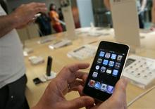 <p>Selon un analyste, Apple pourrait lancer des versions moins chères de l'iPhone sans obligation de souscrire un abonnement mensuel pour les services de transfert de données, afin de doper les ventes de son combiné. /Photo prise le 22 avril 2009/REUTERS/Robert Galbraith</p>