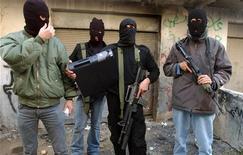 <p>Боевики палестинской партии ФАТХ держат в руках компьютер, вынесенный из здания избиркома в Наблусе на Западном берегу реки Иордан13 декабря 2005 года. Террористические группировки используют такие социальные интернет-ресурсы, как Facebook, чтобы вербовать и, возможно, даже похищать израильтян, предупреждают спецслужбы Израиля. REUTERS/Abed Omar Qusini</p>
