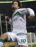 <p>Meia Diego, do Werder Bremen, comemora gol marcado na Copa da Alemanha contra o Wolfsburg, em março. REUTERS/Hannibal Hanschke</p>