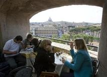 <p>Tourists with a view of Saint Peter's basilica dine on Castel Sant'Angelo, both of which play a part in novelist Dan Brown's book Angels & Demons, in Rome May 1, 2009. REUTERS/Chris Helgren</p>