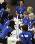<p>Funcionários da Nokia, que anunciou corte de mais 400 empregos para reduzir custos, no estande da empresa montado no congresso mundial do setor de celulares em Barcelona. 19/2/2009. REUTERS/Gustau Nacarino (ESPANHA)</p>