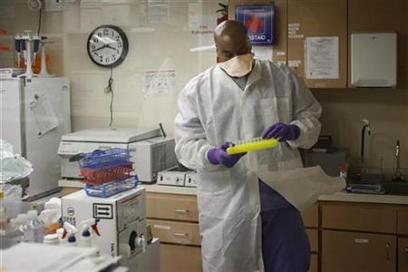 A microbiologist tests samples for Influenza A (H1N1), formerly referred to as swine flu, at the Dallas Department of Health and Human Services laboratory in Dallas, Texas May 1, 2009. REUTERS/Jessica Rinaldi
