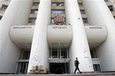 <p>Здание парламента Молдавии в Кишиневе 9 апреля 2009 года. April 9, 2009. Правящей партии коммунистов Молдавии не хватило одного голоса в первом туре голосования в парламенте для избрания президента страны. Оппозиция бойкотировала голосование. REUTERS/Denis Sinyakov</p>