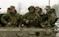 <p>Грузинские солдаты покидают мятежную базу Мухровани к востоку от Тбилиси 5 мая 2009 года. Грузинские полицейские в четверг застрелили военнослужащего, подозреваемого в организации мятежа на военной базе, и ранили еще двоих, сообщил Рейтер источник в МВД. REUTERS/David Mdzinarishvili</p>