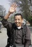 <p>Apa Sherpa saluta prima di lasciare il campo base del Monte Everest. REUTERS/Shruti Shrestha</p>