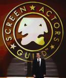 <p>Foto de archivo del presidente del Sindicato de Actores de Pantalla, Alan Rosenberg, durante la entrega de premios del sindicato en Los Angeles, 25 ene 2009. Dos sindicatos de actores de Hollywood dijeron el jueves que sus miembros aprobaron acuerdos contractuales sobre publicidad, días después de que comenzara la votación sobre un pacto separado entre el Sindicato de Actores de Pantalla y los estudios de Hollywood. REUTERS/Lucy Nicholson</p>