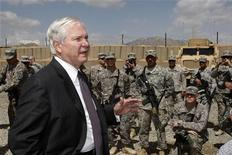 <p>Министр обороны США Роберт Гейтс беседует с американскими солдатами на военной базе в афганской провинции Вардак 8 мая 2009 года. Воевать с боевиками- исламистами в одних розовых трусах и шлепанцах не только не запрещено, но и похвально, следует из слов министра обороны США Роберта Гейтса. REUTERS/Jason Reed</p>