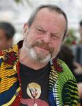 """<p>El director Terry Gilliam posa durante el Festival de Cine de Cannes, 22 mayo 2009. El último trabajo actoral del australiano Heath Ledger, antes de su muerte por una sobredosis accidental de fármacos en enero del 2008, casi quedó fuera de la pantalla grande, dijo el viernes el director Terry Gilliam. Tras conocer la noticia sobre la muerte de Ledger en Nueva York, lo primero que pensó el director estadounidense fue abandonar el filme """"The Imaginarium of Doctor Parnassus"""", que apenas se había completado hasta la mitad. REUTERS/Vincent Kessler</p>"""