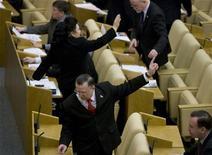 <p>Депутаты Госдумы РФ голосуют на заседании в Москве 19 ноября 2008 года.Госдума РФ в пятницу приняла в первом чтении законопроект, расширяющий возможности Внешэкономбанка в части инвестирования пенсионных накоплений граждан. REUTERS/Sergei Karpukhin</p>
