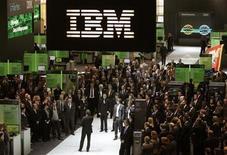 <p>Foto de archivo del panel de IBM en la feria tecnológica CeBIT en Hannover, Alemania, 3 mar 2009. Las valoraciones bajas y los indicios de una recuperación económica tientan a las empresas de tecnológicas que disponen de efectivo a buscar adquisiciones, y en la segunda mitad del año se podría asistir a un amplio cruce de acuerdos. REUTERS/Hannibal Hanschke</p>