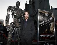 """<p>El actor Christian Bale posa frente a un'terminator' en el estreno de """"Terminator Salvation"""" en el teatro chino de Hollywood, EEUU, 14 mayo 2009. A juzgar por los resultados de su primer día en los cines de Norteamérica, el último capítulo en la franquicia de """"Terminator"""" lo hará bien en las boleterías sin Arnold Schwarzenegger. REUTERS/Danny Moloshok</p>"""
