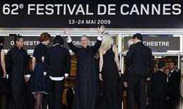 """<p>El director Tsai Ming-Liang llega con miembros de su elenco para una proyección de su cinta Visage en la competencia de la versión número 62 del Festival de Cine de Cannes. El festival de cine de Cannes se inició hace doce días con la complaciente animación de Disney """"Up"""", pero una serie de malas críticas cerca del final muestran un cierre decididamente deprimente. mayo 23, 2009 REUTERS/Eric Gaillard (FRANCIA)</p>"""
