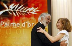 "<p>Director Michael Haneke is congratulated by Jury President Isabelle Huppert after receiving the Palme d'Or award for the film ""Das Weisse Band"" during the award ceremony of the 62nd Cannes Film Festival May 24, 2009. REUTERS/Regis Duvignau</p>"