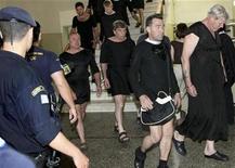 <p>Turistas británicos, vestidos de monjas, caminan en la corte de Iraklio en Creta, Grecia, 25 mayo 2009. Diecisiete hombres británicos comparecieron el lunes ante una corte vestidos con hábitos de monjas en la isla griega de Creta por exhibir sus traseros en público, pero fueron liberados pues nadie los acusó de comportamiento ofensivo. REUTERS/Giorgos Papanikolaou</p>