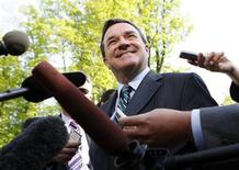 <p>Canada's Minister of Finance Jim Flaherty speaks to the media before attending a meeting with provincial and territorial finance ministers in Chelsea, Quebec May 25, 2009. The meeting will focus on the economy, pension plans and employment insurance. REUTERS/Blair Gable</p>