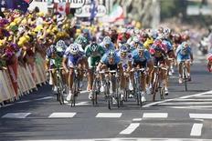 <p>Foto de archivo del británico Mark Cavendish del equipo Columbia (al centro en la imagen), durante la etapa entre Lavelanet y Narbonnedel Tour de Francia, 17 jul 2008. Cerca de 200 presos recorrerán el territorio francés en bicicleta el próximo mes, vigilados por guardias ciclistas, en la primera versión penal del Tour de Francia, señalaron el lunes autoridades. REUTERS/Regis Duvignau</p>