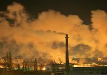 <p>Дым поднимается из трубы электростанции в Киеве 25 января 2006 года.Украина, остро нуждающаяся в финансировании для покрытия дефицита госбюджета, планирует продать Швейцарии и Новой Зеландии квоты на вредные выбросы, говорится в распоряжении правительства, размещенном на сайте www.kmu.gov.ua. REUTERS/Gleb Garanich</p>