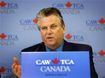 <p>Canadian Auto Workers (CAW) president Ken Lewenza speaks during a news conference to announce a tentative agreement to cut costs at General Motors Corp's Canadian operations in Toronto May 22, 2009. REUTERS/ Mike Cassese</p>