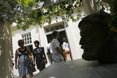 <p>Foto de archivo de unos visitantes frente a un busto del premio Nobel Ernest Hemingway en la Finca Vigia, La Habana, 2 jul 2008. Mejores relaciones entre Cuba y Estados Unidos ayudarían a conservar el patrimonio del escritor Ernest Hemingway en Cuba, un ejemplo de cooperación entre los dos países a menudo atrapado en el fuego cruzado de la política, dijo el martes una experta de la isla. REUTERS/Claudia Daut (CUBA)</p>