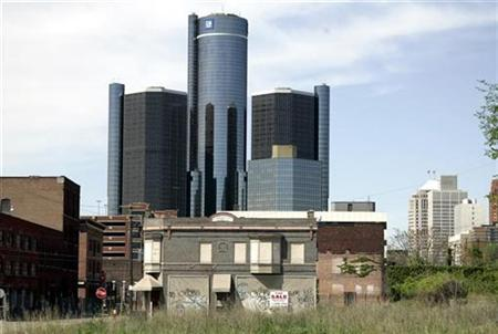 The General Motors headquarters is seen from an old and mostly abandoned warehouse district in Detroit, Michigan, May 14, 2009. REUTERS/Rebecca Cook