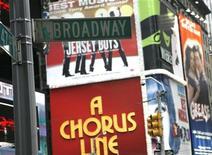 <p>Уличный указатель на фоне театральных афиш на Бродвее в Нью-Йорке 29 ноября 2007 года. Театры Бродвея бросают вызов кризису, публикуя данные о рекордном количестве проданных билетов за 2008/09, который Бродвейская Лига назвала сезоном потребности в эскапизме, то есть в уходе от реальности. REUTERS/Brendan McDermid</p>