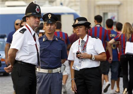 Officers from the Greater Manchester Police Force patrol with an Italian policeman (C) at the Spanish Steps area in Rome May 26, 2009. Manchester United will face Barcelona in the Champions League final soccer match in Rome on May 27. REUTERS/Remo Casilli