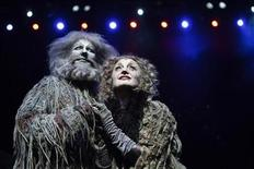 """<p>Los actores Delia Hannah como """"Grizabella"""" y John Ellis como """"Old Deuteronomy"""" del musical de Broadway """"Cats"""", realizan una presentación para la prensa en el teatro Esplanade en Singapur, 14 abr 2009. Los teatros de Nueva York desafiaron la recesión y reportaron una venta récord de entradas en la temporada 2008-2009, lo que según la Broadway League se debió a la necesidad actual de escapismo. REUTERS/Edgar Su/Archivo</p>"""