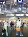 <p>Бригада врачей в аэропорту Шереметьево под Москвой 27 апреля 2009 года. Первый россиянин, заболевший гриппом A/H1N1, здоров и готовится к выписке из Первой московской клинической инфекционной больницы, сообщила Рейтер сотрудник Роспотребнадзора. REUTERS/Alexander Natruskin</p>