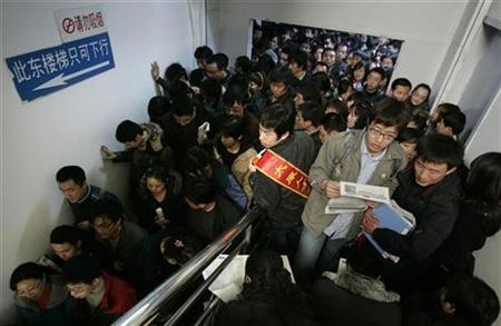 Job seekers flock at a job fair held for graduate students in Taiyuan, Shanxi province February 2, 2009. REUTERS/Stringer