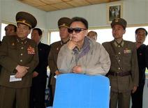<p>Фотография лидера КНДР Ким Чен Ира (в центре) во время визита на авиабазу, опубликованная северокорейским агентством KCNA 22 мая 2009 года. Организация объединенных наций намерена наложить новые санкции на Северную Корею в наказание за ядерные испытания, в то время как Южная Корея в четверг привела армию в состояние боевой готовности в ответ на угрозу нападения с севера. REUTERS/KCNA</p>