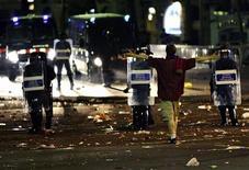 """<p>Болельщики """"Барселоны"""" противостоят полиции на улицах столицы Каталонии 28 мая 2009 года. Испанская полиция задержала более 40 человек в Барселоне в ночь со среды на четверг - начавшееся мирно празднование триумфа """"Барселоны"""" в финале Лиги чемпионов переросло в массовые беспорядки, сообщило информационное агентство Europa Press. REUTERS/Gustau Nacarino</p>"""