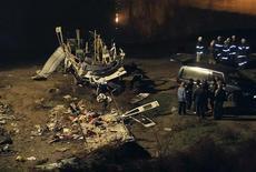 <p>Спасатели ищут выживших в крушении автобуса в городе Бяла в 280 километрах от Софии 7 декабря 2006 года. По меньшей мере 13 человек погибли в автомобильной аварии, когда пассажирский автобус врезался в толпу людей в болгарском городе Ямбол, сообщила полиция. REUTERS/Bulfoto Agency</p>