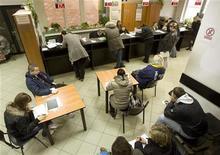 <p>Люди на бирже труда в Варшаве 9 марта 2009 года. У работодателей по всему миру все еще есть проблемы с поиском подходящих людей на открытые вакансии, даже несмотря на наличие большого числа кандидатских резюме в условиях рецессии. REUTERS/Vasily Fedosenko</p>