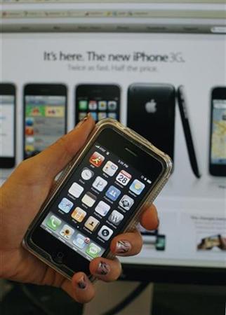 An Apple iPhone is seen in New York, August 28, 2008. REUTERS/Brendan McDermid