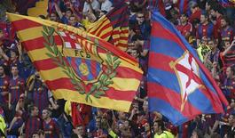 <p>Barcelona fans fly their flags before their Champions League final soccer match against Manchester United at the Olympic Stadium in Rome, May 27, 2009. REUTERS/Tony Gentile</p>