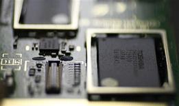 <p>Le japonais Toshiba prévoit d'augmenter sa production de puces électroniques en juillet, à un niveau qu'il n'avait pas atteint depuis le début de la baisse de cette production en janvier dernier. /Photo d'archives/REUTERS/Toru Hanai</p>
