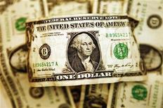 <p>Купюра номиналом в один доллар США в Торонто 22 октября 2008 года. Лидеры стран БРИК на июньском саммите в России обсудят дальнейшую судьбу доллара в качестве основной резервной валюты и роль развивающихся стран в международных организациях, сообщил в четверг министр по стратегическим вопросам Бразилии Роберто Унгер. REUTERS/Mark Blinch</p>