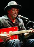 <p>Legendary blues guitarist Bo Diddley performs at the 35th annual Bumbershoot Seattle Arts Festival in Seattle September 4, 2005. REUTERS/Anthony P. Bolante</p>