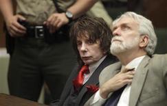 <p>El productor musical Phil Spector (izquierda en la imagen) junto a su abogado Dennis Riordan en la Corte Superior de Los Angeles, 29 mayo 2009. Spector recibió el viernes una condena de 19 años a cadena perpetua en prisión por el asesinato de una actriz de Hollywood en el 2003. REUTERS/Al Seib/Pool</p>