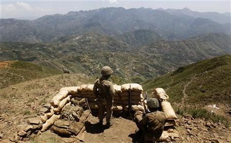 Pakistani soldiers over look the Swat valley from their bunker on top of Baine Baba Ziarat mountain in Swat district, during a trip organized by the army, May 22, 2009. REUTERS/Mian Khursheed